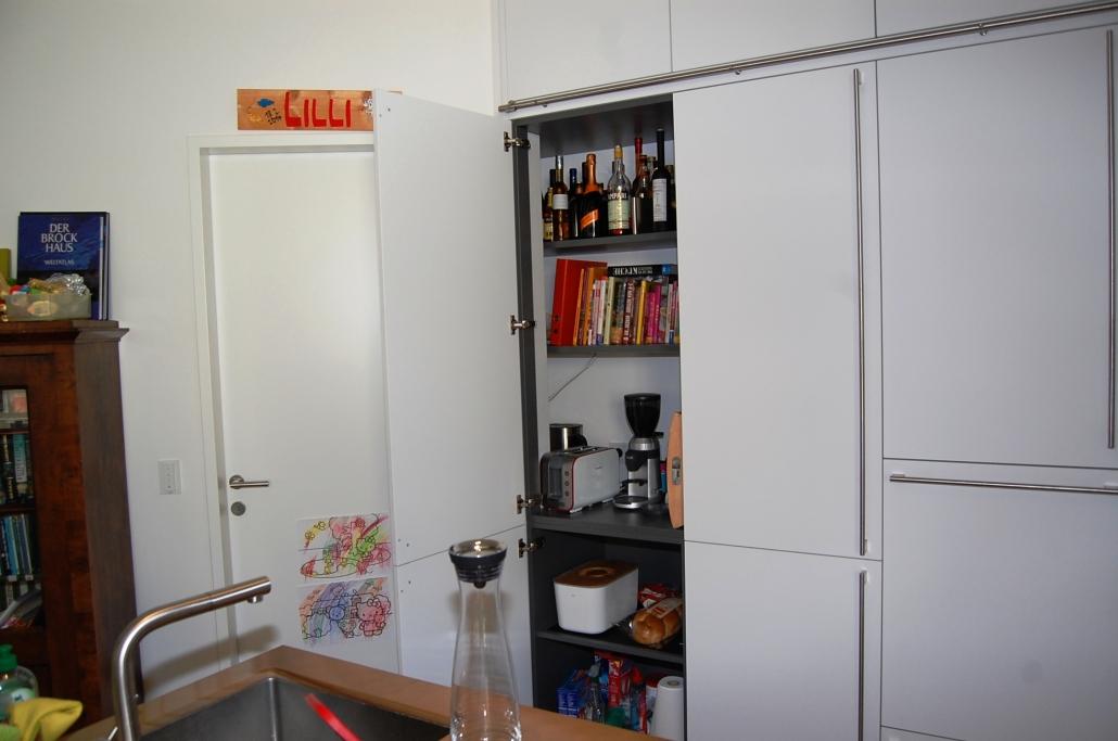 weiße küche mit versteckter arbeitsfläche