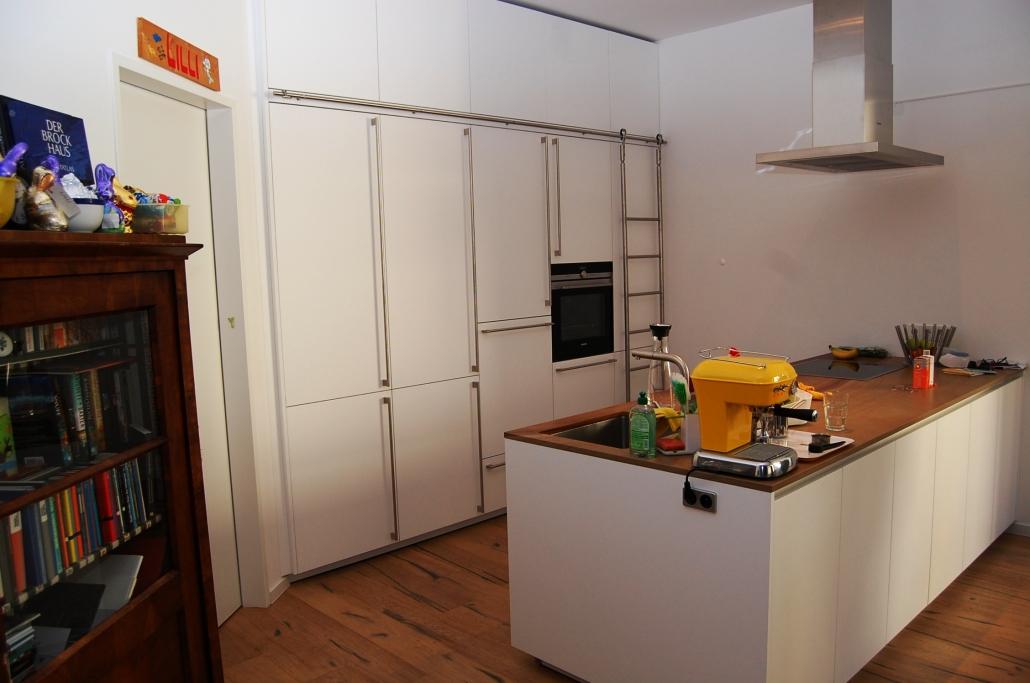 weiße küche mit leiter