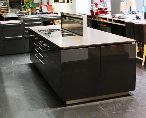 kücheninsel mit ausgefahrenem phönix dunstabzug