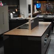 kücheninsel mit ausgefahrenem phönix dunstabzug von der schiefertafel-seite
