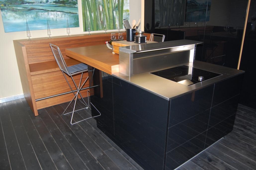 Küchenisel mit Sitzplatz in schwarz und Holzfunier