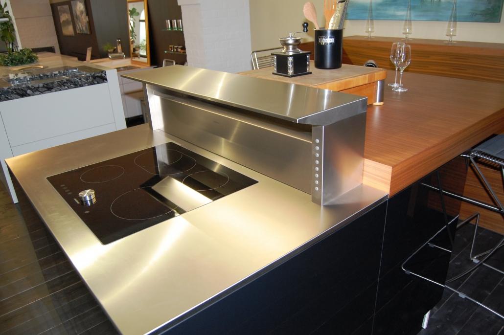 Küchenisel mit Sitzplatz in schwarz und Holzfunier - Blick auf das Kochfeld