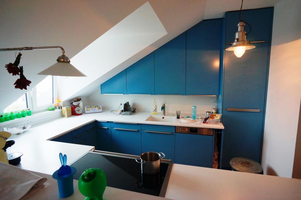 blaue küche mit griffen und weißer arbeitsplatte