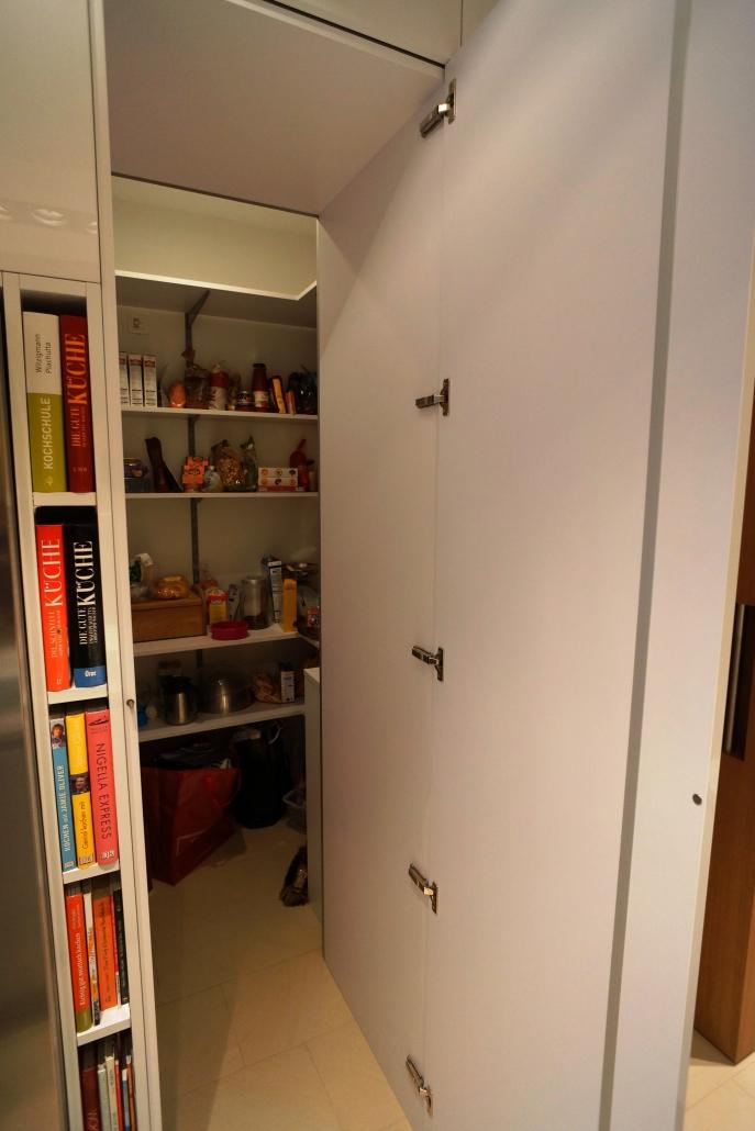 Türe in Küchenfront zum Abstellraum