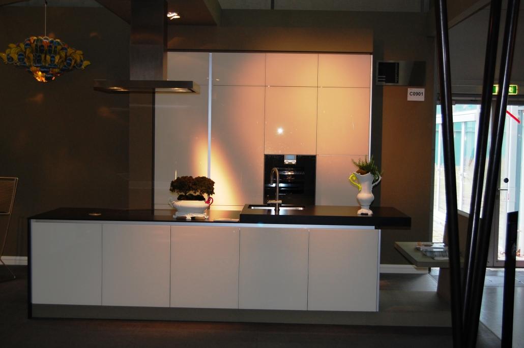 Küche in weiß hochglänzend mit Insel und Hochschränken